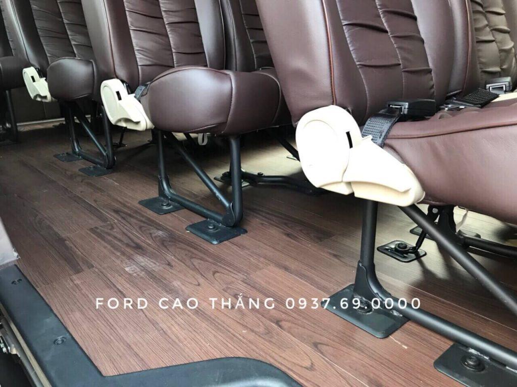 Một trong những mẫu sàn gỗ của Ford Transit 16 chổ 2019