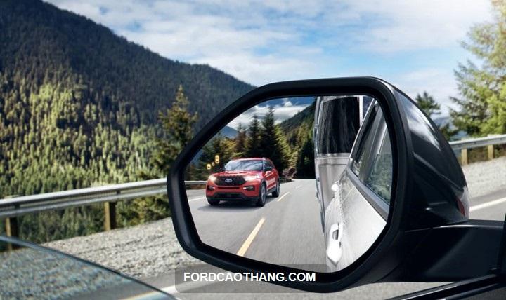 kinh hau xe ford explorer 2022